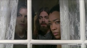 go-getters-jesus-sasha-and-maggie-watch-the-saviors-preparing-to-leave