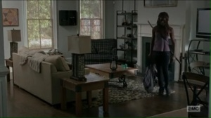 service-michonne-gets-a-rifle-from-the-fireplace