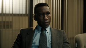 The Great War and Modern Memory- Detective Wayne Hays, played by Mahershala Ali, speaks with two detectives- HBO, True Detective
