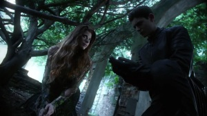 Trespassers- Ivy gives Bruce the seed that will help Selina- Fox, Gotham, DC